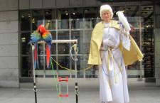 Novodobí žebráci z pražského Můstku: papoušci jako zdroj laciného příjmu
