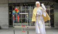 Praha zakáže pouliční vystupování se zvířaty, včetně výdělků z focení s papoušky