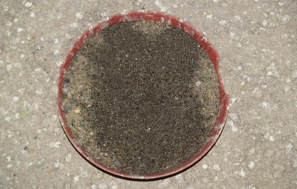 Směs gritu a Humacu pro korely v keramické misce na zemi v chovné voliéře (Foto: Jan Sojka, Nová Exota)