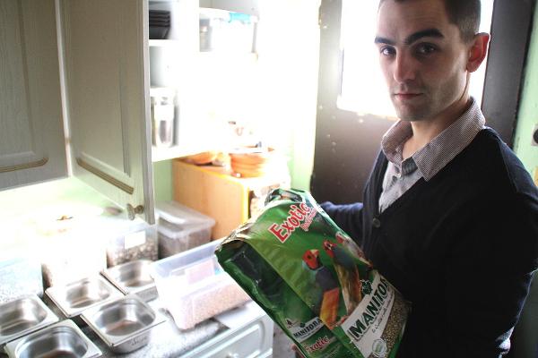 Ondřej Štafek ukazuje krmivo pro drobné exoty, momentálně používá směsi od italské společnosti Manitoba (Foto: Jan Potůček, Ararauna.cz)