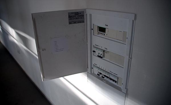 V rozvodné skříni lze jednoduše pomocí jističů omezit počet topících sálavých panelů (Foto: Jan Potůček, Ararauna.cz)