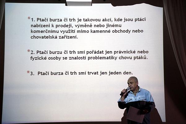 Petr Zeman z výkonného výboru ACHEP prezentuje Řád ptačích burz na V.I.P. setkání chovatelů v Kozovazech (Foto: Jan Potůček, Ararauna.cz)