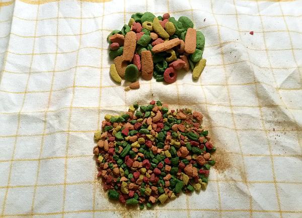 Drcené granule - nahoře původní velikost, dole po rozdrcení (Foto: Zdeněk Krňávek)