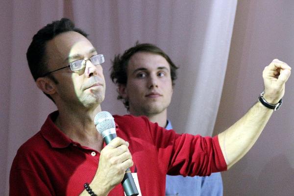 Tony Silva přednáší na V.I.P. setkání chovatelů v Kozovazech. Do češtiny překládal Lubomír Tomiška - v pozadí. (Foto: Jan Potůček, Ararauna.cz)