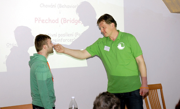 František Šusta (vpravo) demonstruje na dobrovolníkovi způsob výcviku (Foto: Ing. Jiří Holý)