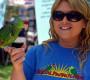 Americká dobrovolnice léčí invazní papoušky a vypouští je zpět do přírody. Navzdory úřadům