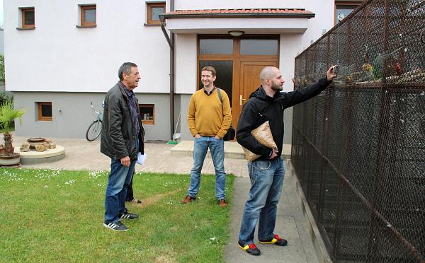 Při prohlídce chovu amazónků. Zleva: Václav Zouhar, Jan Sojka (vydavatel a šéfredaktor časopisu Nová Exota) a Radomír Veselý (Foto: Jan Potůček, Ararauna.cz)