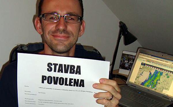 Autor článku poté, co po několikaměsíčních obstrukcích souseda získal stavební povolení na voliéry (Foto: Milena Potůčková)