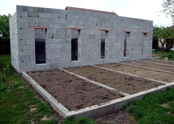 Výlety jsou už zavezeny čerstvou hlínou, zázemí už chybí jenom střecha (Foto: Jan Potůček, Ararauna.cz)