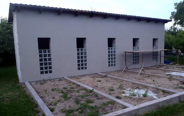 Střecha je hotová, luxfery pod průletovými okny také, dokončují se obklady čelní stěny (Foto: Jan Potůček, Ararauna.cz)