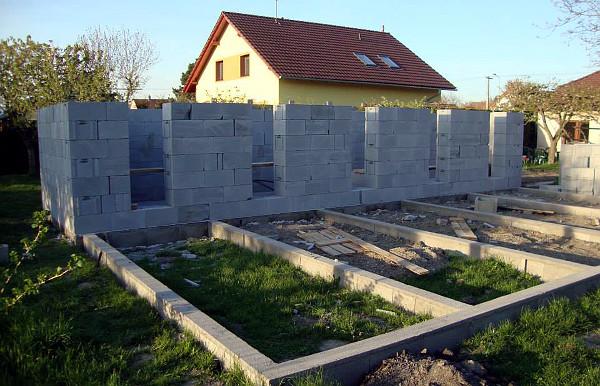 Jakmile se začne stavět, hrubá stavba roste poměrně rychle (Foto: Jan Potůček, Ararauna.cz)