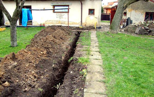 Voliéry je třeba napojit na elektřinu a vodovod, je tedy třeba vykopat i přípojku k rodinnému domu (Foto: Jan Potůček, Ararauna.cz)