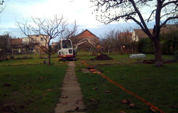 Bagr je opravdu neocenitelný pomocník, ne na každý pozemek se ale dostane (Foto: Jan Potůček, Ararauna.cz)