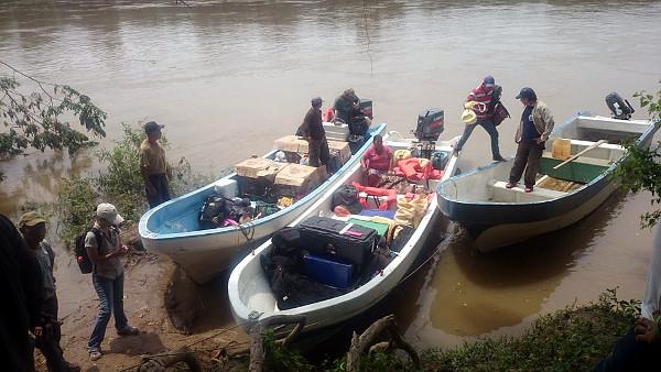... a potom také lodí. Ochránci volili co nejhůže přístupnou oblast, kam se stěží dostanou pytláci, kteří ary chytají a prodávají na černém trhu. (Foto: ARCAS)