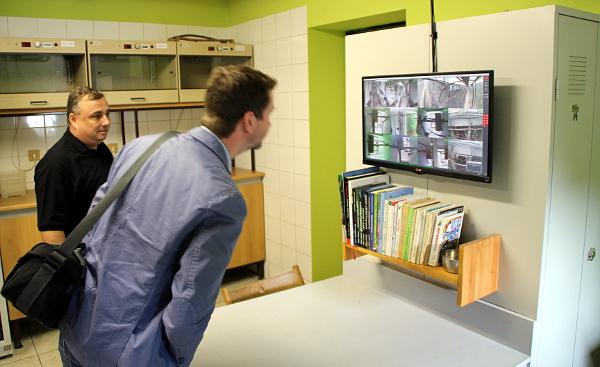 Zázemí chovného zařízení s výstupy důmyslného monitorovacího systému. Petr Jaroš přihlíží zcela vlevo. (Foto: Jan Potůček, Ararauna.cz)