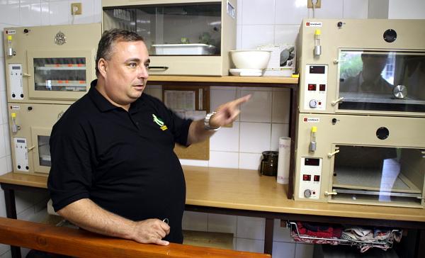 Petr Jaroš vysvětluje, jak vejce a mláďata putují při umělém odchovu líhněmi a inkubátory (Foto: Jan Potůček, Ararauna.cz)