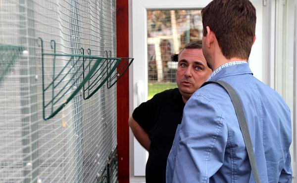 Petr Jaroš popisuje vydavateli časopisu Nová Exota Janu Sojkovi svůj chov amazónků (Foto: Jan Potůček, Ararauna.cz)