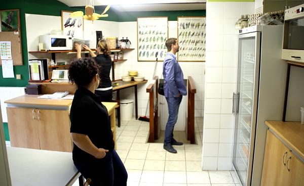 Kuchyňka pro papoušky a odchovna mláďat v jednom - velmi praktické řešení (Foto: Jan Potůček, Ararauna.cz)