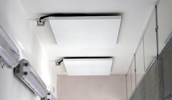 Sálavé topné panely na stropě obslužné chodby v zázemí voliér (Foto: Jan Potůček, Ararauna.cz)