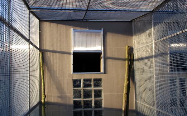 Výsuvné výletové okno, v tomto případě ovládané ocelovým lankem nataženým po vnější straně venkovních výletů zvenku (Foto: Jan Potůček, Ararauna.cz)