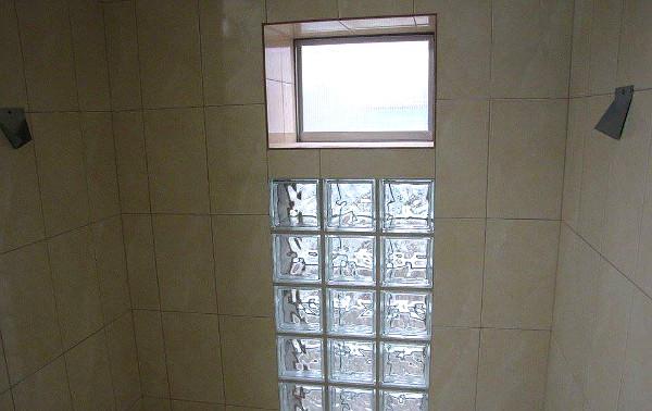 Pohled na výletové okno z vnitřních části voliér (Foto: Jan Potůček, Ararauna.cz)