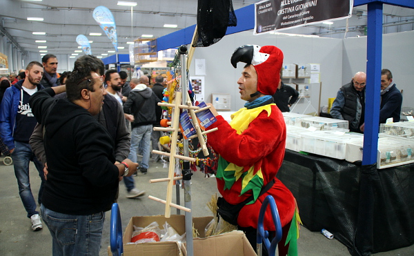 V prodejní části výstavních hal jste mohli narazit i na obchodníka v kostýmu papouška ara (Foto: Jan Potůček, Ararauna.cz)
