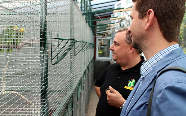 V novém pavilonu pro amazónky, v popředí šéfredaktor časopisu Nová Exota Jan Sojka (Foto: Jan Potůček, Ararauna.cz)