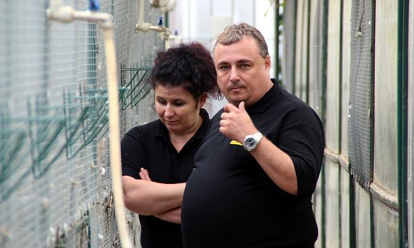 Manželé Jarošovi v sekci pro australské papoušky (Foto: Jan Potůček, Ararauna.cz)