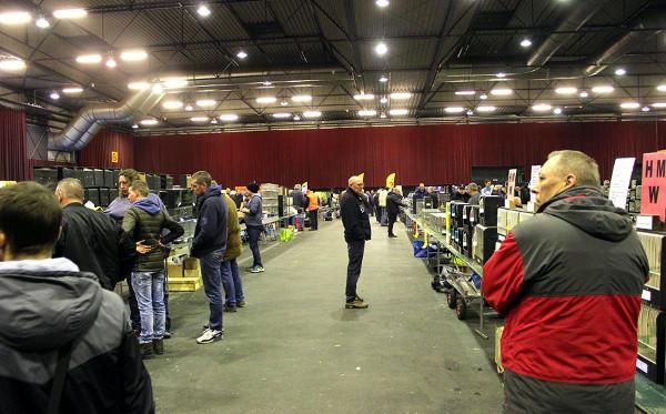 Pohled do hlavní prodejní haly ve Zwolle těsně před otevřením (Foto: Luboš Tomiška, ParrotsDailyNews.com)
