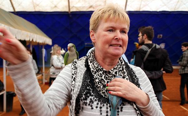 Jana Černá přišla do tenisové haly s dvěma ochočenými mníšky šedými (Foto: Milena Potůčková, Čoko-papoušek.cz)