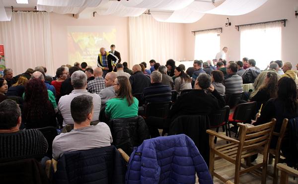 Sáll v penzionu Lony v Kozovazech, kde se V.I.P. setkání chovatelů pravidelně koná, tentokrát praskal ve švech (Foto: Jan Potůček, Ararauna.cz)