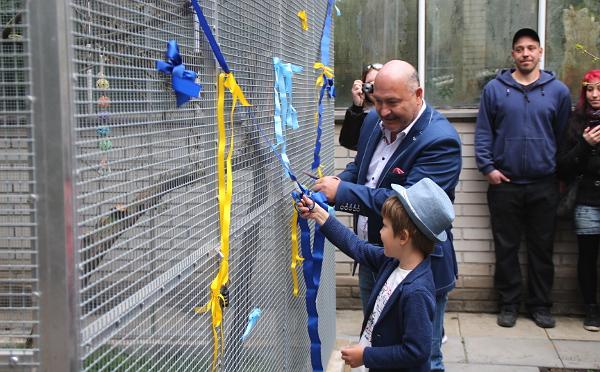 Slavnostního přestřihávání pásky se ujal Michal David s vnukem Sebastianem (Foto: Jan Potůček, Ararauna.cz)