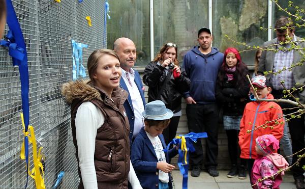 Aneta Vychytilová ze společnosti Laguna děkuje všem dobrovolníkům, kteří pomáhají s péčí o postižené a nechtěné papoušky (Foto: Jan Potůček, Ararauna.cz)