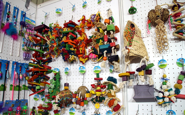 Další nepřeberné množství hraček (Foto: Milena Potůčková, Čoko-papoušek.cz/Loro-shop.cz)