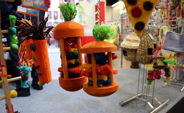 Některé hračky pro papoušky jsou opravdu originální (Foto: Milena Potůčková, Čoko-papoušek.cz/Loro-shop.cz)