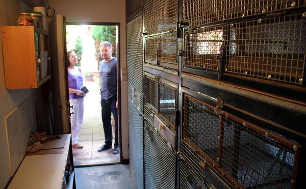 Prázdné vnitřní voliéry připravené pro africké druhy papoušků (Foto: Jan Potůček, Ararauna.cz)