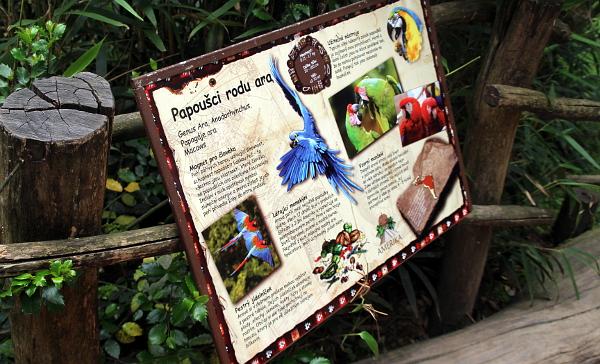 Informační tabule s výčtem ptačích druhů ve voliéře Amazonia (Foto: Jan Potůček, Ararauna.cz)