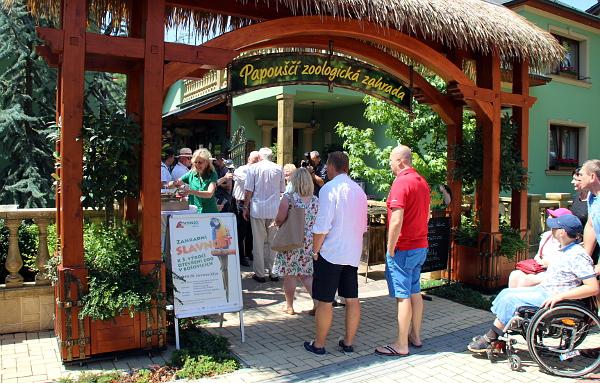 Účastníky oslav pátého výročí vzniku zoo vítali u vchodu majitelé zahrady (Foto: Jan Potůček, Ararauna.cz)