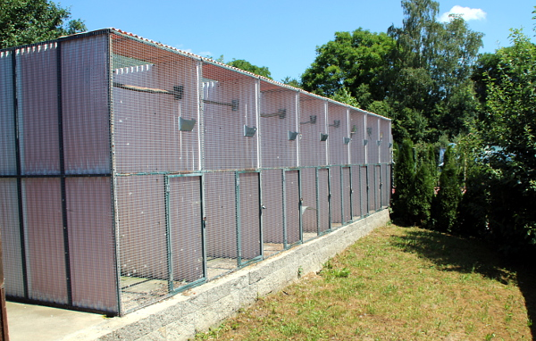 Řada voliér pro australské papoušky a agapornise (Foto: Jan Potůček, Ararauna.cz)