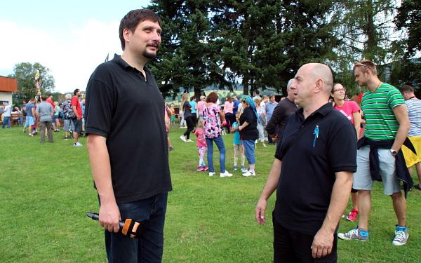 Reportér Primy s organizátorem Papouščího dne Zdeňkem Krňávkem (Foto: Jan Potůček, Ararauna.cz)