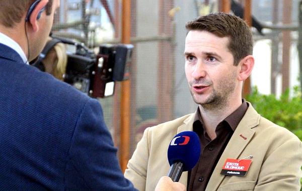Ředitel Exoty Olomouc 2016 Jan Sojka dává živý rozhovor do Dobrého rána České televize (Foto: Jan Potůček, Ararauna.cz)
