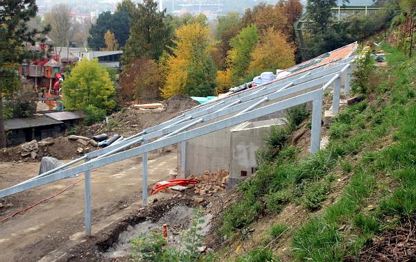 Aktuální pohled na hotovou hrubou stavbu Rákosova pavilonu. Vepředu kostra venkovní voliéry pro nestory kea. (Foto: Jan Potůček, Ararauna.cz)