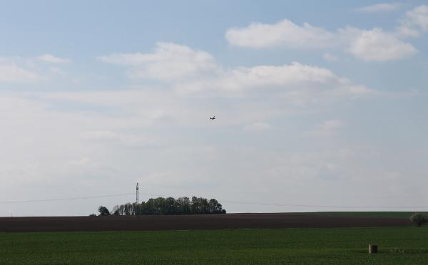 Stejná lokalita, Podolanka u Prahy a v dáli dráty velmi vysokého napětí (Foto: Karel Otruba, Uzavřená křídla)