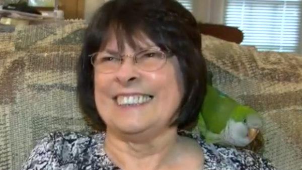 Ochočený papoušek pomáhá obnovit řeč ženě, která utrpěla krvácení do mozku