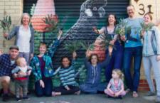 Milovníci bělouchých kakaduů vybrali sedm tisíc dolarů na obnovu vykáceného borového háje