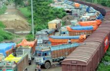 Indičtí pašeráci papoušků vsadili na nákladní vlak: policisté vytáhli z podvozku přenosky s 15 ary
